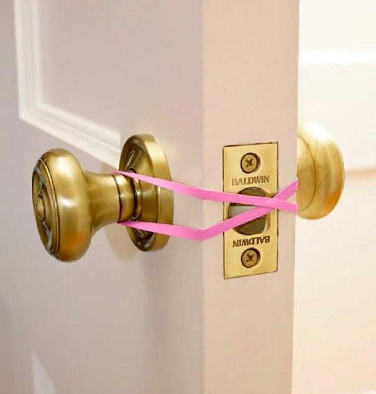 Резинка для волос на защелке двери