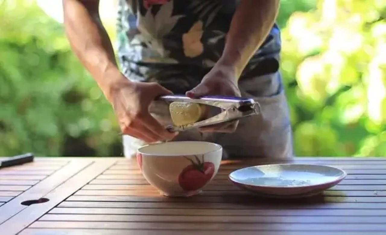 Выжимание лимона щипцами для мяса
