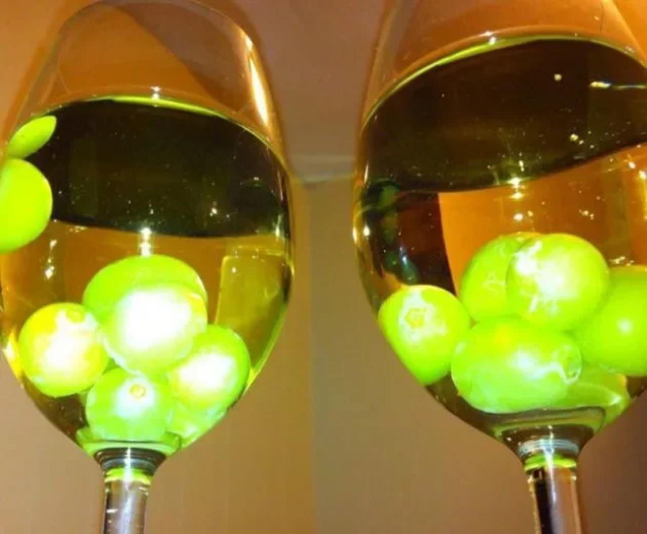 Ягоды в бокале вина